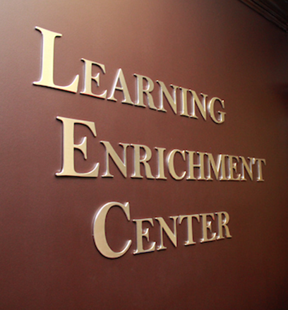 A picture of the Learning Enrichment Center sign in Carmicheal Library.
