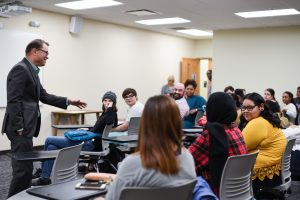 Pulitzer Prize-winning MC alumnus Joey Bunch ('85) returned to campus to speak with UM students about storytelling.